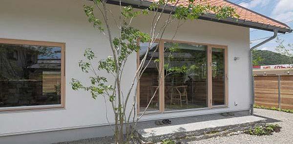 大阪府大東市の北欧住宅建材販売オストコーポレーション関西の取り扱いブランド北欧木製三層ガラス窓のテラスドア