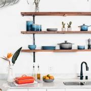 長く愛せるシンプルなキッチンに、かわいらしいたくさんの調理器具や小物たち。 北欧では家族との時間を有意義にすごすためにほぼ毎日食事を作ります。 毎日使う空間だから使いやすく、大好きなものに囲まれたい、北欧の女性はそう考えるのです。
